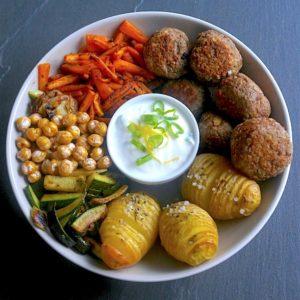 buddha-recette-buddha bowl-repas-boulette-viande-oignon-courgette-carotte-pomme de terre-pois chiche-sauce-yaourt