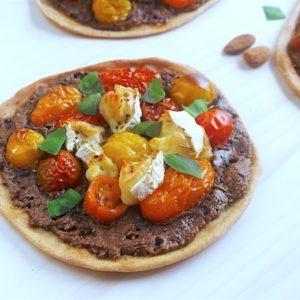 Tartelette fine tomate et chèvre aux amandes