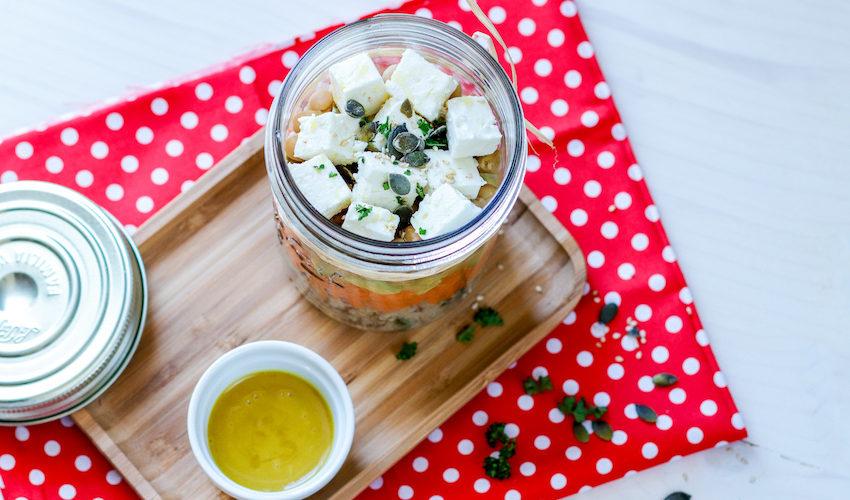 recette-salade composée-salade jar-healthy-pique nique-ete-healthy-estivale-carotte-pois chiches-avocat-feta-fromage-quinoa
