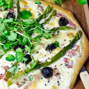 recette healthy-pizza aux asperges-mozzarella-olive-bacon