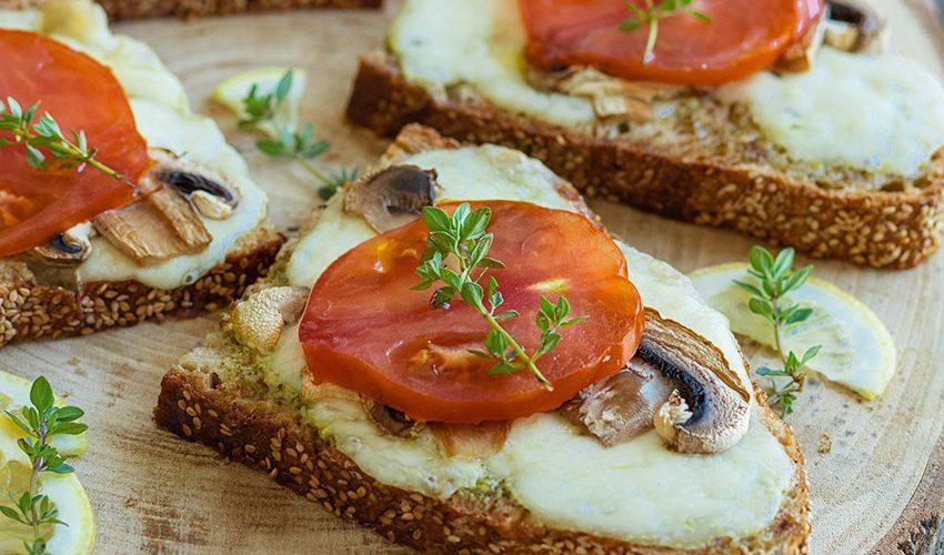 recette healthy-tartine salée-bruschetta-champignon-mozzarella-tomate-fromage-herbes