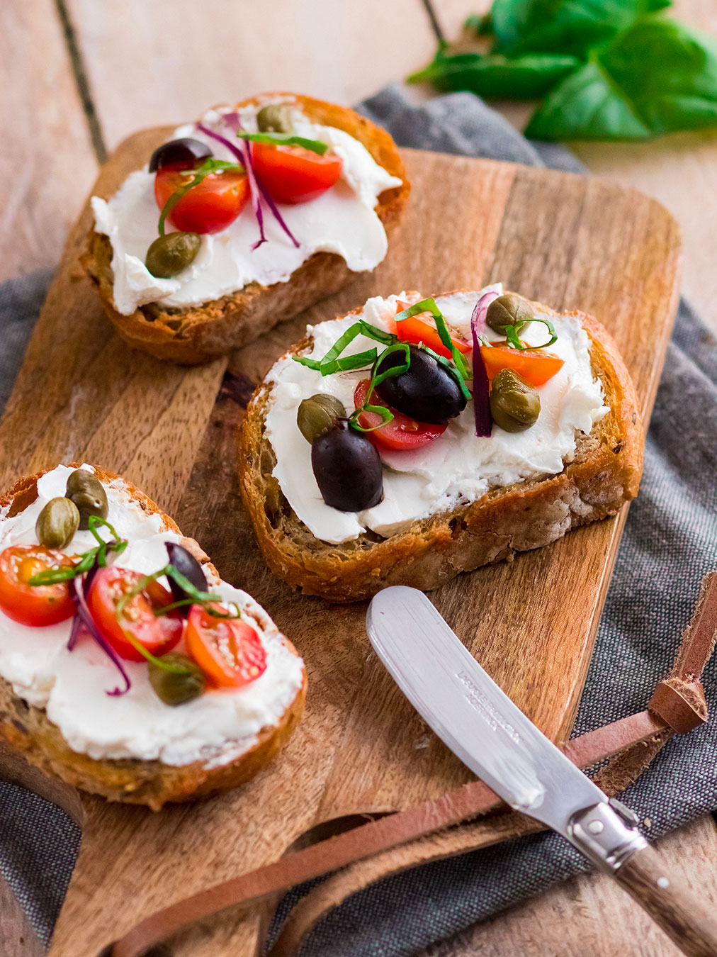 Tartine de chèvre frais tomate et olive