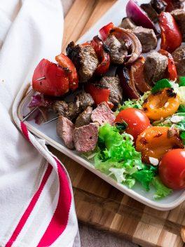 Brochette de taureau et abricots grillés