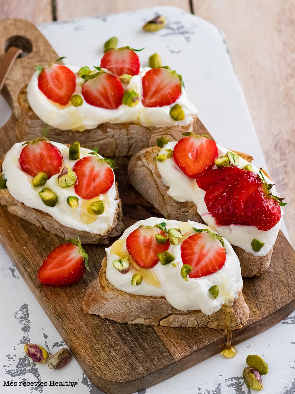 Tartine à la ricotta et fraise aux pistaches